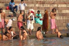 沐浴在瓦腊纳西,印度(恒河)的人们 库存照片