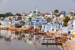沐浴在神圣的Puskhar Sagar湖的印度献身者ghats的 库存图片