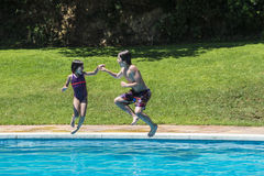 沐浴在水池的孩子 免版税库存照片