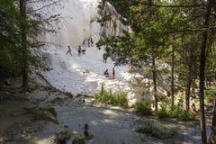 沐浴在Bagni圣菲利波自然热量水池的Eople在托斯卡纳,意大利 免版税库存图片