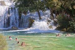 沐浴在Krka瀑布,克罗地亚的游人 图库摄影