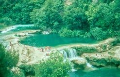 沐浴在Krka瀑布,克罗地亚的游人 免版税库存照片