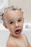 沐浴有滑稽的表情的小孩 免版税库存图片
