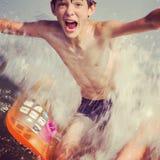 沐浴男孩喜悦一点海运夏天 免版税库存照片