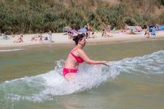沐浴的妇女奔跑在海 库存照片