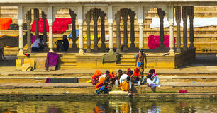 沐浴的Ghat的香客在Pushkar's圣洁湖 免版税图库摄影