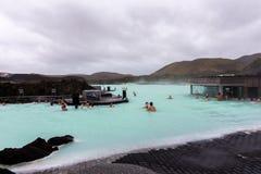 沐浴者在蓝色盐水湖,冰岛 免版税图库摄影