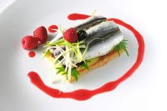 沙丁鱼、鲥鱼、芝麻菜、红色莓果、乳酪和pa盘  图库摄影