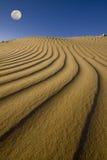 沙丘下月亮沙子 免版税库存照片