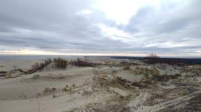 沙丘和天空与云彩 免版税库存照片