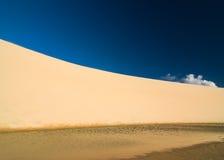 沙丘和天空 免版税库存照片