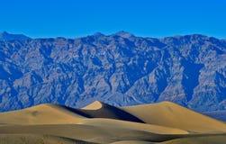 沙丘和山在死亡谷 免版税库存照片