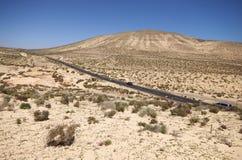 沙丘和山在Sotavento附近在Jandia peninsul靠岸 免版税库存图片