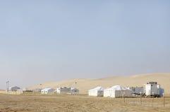沙丘和野营的小屋美好的横向  免版税库存照片