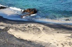 沙丘在一个黑沙子海滩形成 免版税库存照片