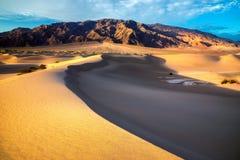 沙丘在日出的沙漠在死亡谷国家公园 库存照片