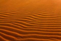 沙丘在沙漠,雕刻由风 背景理想的沙子纹理 免版税库存照片