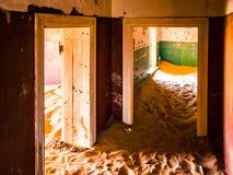 沙丘在Kolmanskop鬼城被放弃的房子里在纳米比亚 免版税图库摄影