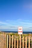 沙丘横穿标志和篱芭 免版税库存照片
