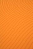 沙丘波浪沙子的纹理 库存图片