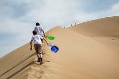 沙丘的两个少年 免版税库存照片