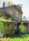 沙丘的老,被放弃的房子,在里加湾的岸 库存照片