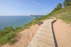 沙丘足迹的木板走道 免版税库存图片