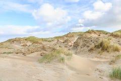 沙丘风景荷兰人与倾斜的北海海岸与沙丘草和光秃的谷 库存照片