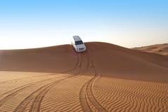 沙丘骑马在阿拉伯沙漠 免版税库存照片