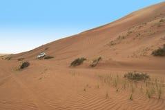 沙丘骑马在阿拉伯沙漠 免版税图库摄影