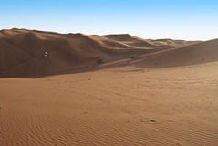 沙丘骑马在阿拉伯沙漠 图库摄影