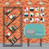 沙发和架子与书在客厅 免版税图库摄影