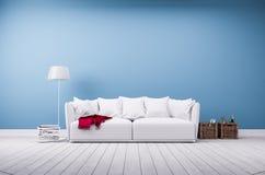 沙发和落地灯在蓝色墙壁 免版税库存照片