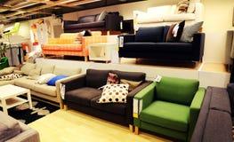 沙发和长沙发在现代家具店,家具商店 免版税库存照片
