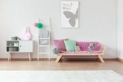 沙发在孩子屋子里 库存图片