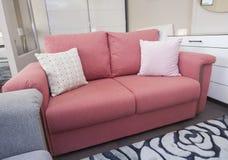 沙发在展示家里liviing的屋子  库存照片