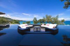 沙发在水池的坐垫大阳台 免版税图库摄影