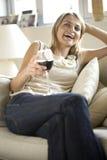 沙发妇女年轻人 免版税图库摄影
