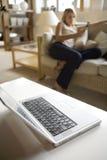 沙发妇女年轻人 免版税库存图片