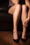 沙发的妇女 免版税库存图片