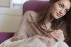沙发的少妇 免版税库存照片