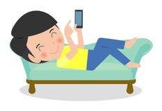 沙发的愉快的年轻人有智能手机的 皇族释放例证
