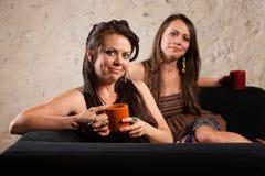 沙发的满足的咖啡饮者 免版税图库摄影