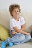 沙发的男孩 图库摄影