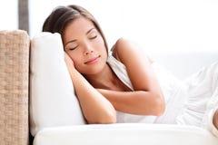 沙发的睡美人妇女-睡觉在礼服 免版税库存图片