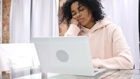 沙发的睡觉的疲乏的年轻美国黑人的妇女在家 影视素材