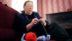 沙发的老妇人家编织羊毛袜子 股票视频