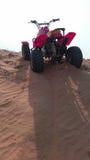 沙地汽车在沙漠 免版税库存图片