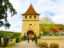 沙夫豪森,瑞士- 2017年5月01日:在城堡Schloss Laufen露台,塔的看法 库存照片