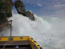 沙夫豪森,瑞士- 2015年7月13日:接近莱茵河瀑布的游船 库存图片
